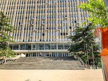 TBILISI, GEÓRGIA - - 17 DE MAIO DE 2018: Vista da construção de Ivane Javakhishvili Tbilisi State University Primavera na cidade Fotografia de Stock Royalty Free