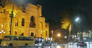 Tbilisi, Geórgia - 22 de novembro de 2018: Ônibus de espera dos povos na parada do ônibus perto de Opera nacional Georgian e do t filme