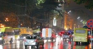 Tbilisi, Geórgia - 22 de novembro de 2018: Carro blindado do banco de Geórgia com transporte ativo das luzes de piscamento do tel filme