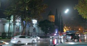 Tbilisi, Geórgia - 22 de novembro de 2018: Carro de polícia da estrada do tráfego com luzes de piscamento ativas do telhado para  vídeos de arquivo