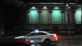 Tbilisi, Geórgia - 22 de novembro de 2018: Carro de polícia da estrada do tráfego com luzes de piscamento ativas do telhado para  filme