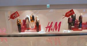 Tbilisi, Geórgia - 22 de novembro de 2018: H M Hennes Mauritz Showcase Store vídeos de arquivo