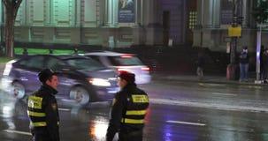 Tbilisi, Geórgia - 22 de novembro de 2018: Os inspetores do polícia dos agentes da polícia da estrada do tráfego regulam o tráfeg video estoque