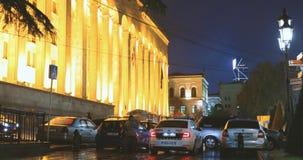 Tbilisi, Geórgia - 22 de novembro de 2018: Povos que andam perto do parlamento de Georgia In Shota Rustaveli Ave na noite video estoque