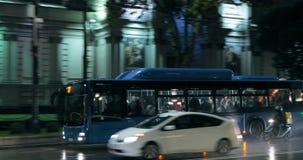 Tbilisi, Geórgia - 22 de novembro de 2018: Tráfego na rua da avenida de Rustaveli da noite Ônibus público na rua filme