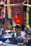 Tbilisi, Geórgia - 8 de outubro de 2016: Um vendedor não identificado do rastafari na feira da ladra seca da ponte em Tbilisi ven Imagens de Stock