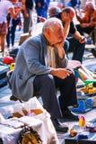 Tbilisi, Geórgia - 8 de outubro de 2016: Um vendedor não identificado na feira da ladra seca da ponte em Tbilisi vende crachás so Imagens de Stock Royalty Free