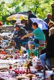 Tbilisi, Geórgia - 8 de outubro de 2016: Um vendedor não identificado na feira da ladra seca da ponte em Tbilisi vende crachás so Foto de Stock