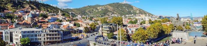 Tbilisi, Geórgia - 6 de outubro de 2018: Panorama da cidade e do distrito velhos de Sololaki Vista do monte da igreja de Metekhi  fotografia de stock