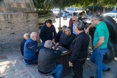 Tbilisi, Geórgia 25 de setembro de 2016: Cartões de jogo Georgian dos homens para o dinheiro no centro de cidade de Tbilisi, Geór Foto de Stock