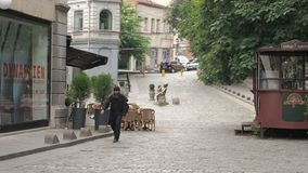Tbilisi, Geórgia - em julho de 2018: Monge cristã que passa através de uma rua na maneira ao monastério tbilisi geórgia filme