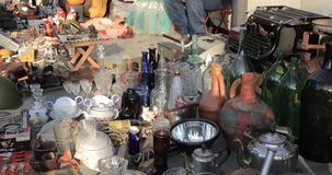 Tbilisi, Geórgia Feira da ladra da loja de coisas retros velhas do vintage das antiguidades na ponte seca Feira de trocas em Tbil vídeos de arquivo