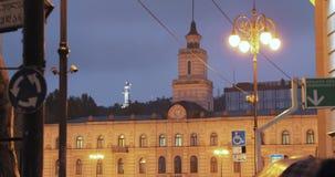 Tbilisi, Geórgia Liberty Monument Depicting St George que massacra Dragon And Tbilisi City Hall no quadrado da liberdade na cidad filme