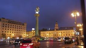 Tbilisi, Geórgia Liberty Monument Depicting St George que massacra Dragon And Tbilisi City Hall no quadrado da liberdade na cidad video estoque