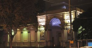 Tbilisi, Geórgia Opinião da noite do National Gallery na avenida de Rustaveli video estoque