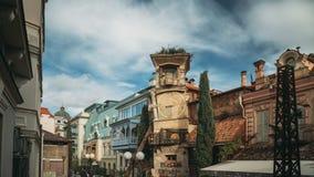 Tbilisi, Geórgia Povos que andam perto da torre famosa de Rezo Gabriadze Marionette Theater Clock na cidade velha Teatro do fanto filme