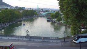 Tbilisi, Geórgia - 30 08 2018: Vista aérea, opinião da arquitetura da cidade do rio de Kura Mtkvari video estoque