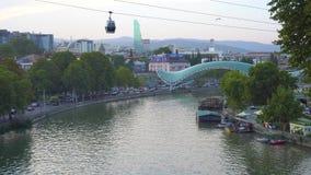 Tbilisi, Geórgia - 30 08 2018: Vista aérea, opinião da arquitetura da cidade do rio de Kura Mtkvari filme