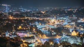 Tbilisi, Geórgia Vista superior de marcos famosos em iluminações da noite Arquitetura da cidade principal Georgian vídeos de arquivo