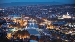 Tbilisi, Geórgia Vista superior de marcos famosos em iluminações da noite ou da noite Arquitetura da cidade principal Georgian da video estoque
