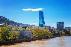 Tbilisi, Georgië - 19 April, 2017: Panoramamening van de rivier van Tbilisi en Kura- Modern oriëntatiepunt - Biltmore-Hotel Tbili stock afbeeldingen