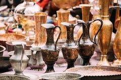 Tbilisi, Georgië Dichte Mening van Kruiken in Winkelvlooienmarkt van Antiquiteiten Oude Retro Uitstekende Dingen stock foto's