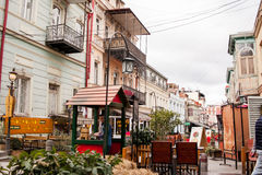 TBILISI, GEORGIË - FEBRUARI 19, 2016: De mooie toeristenstraat, volledig van koffie en restaurants met openluchtterrassen Royalty-vrije Stock Afbeelding