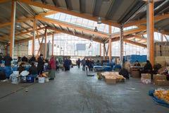 Tbilisi, Georgië - Markt 21 2019: De Dezerter-Bazaar of de grootste het voedselmarkt van Dezertirka- in Tbilisi dichtbij postvier stock foto's