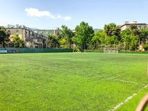 TBILISI, GEORGIË - - 17 MEI, 2018: Voetbalstadion tussen woningbouw De lente in stad Royalty-vrije Stock Foto's
