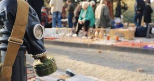 Tbilisi, Georgië Winkelvlooienmarkt van Antiquiteiten Oude Retro Uitstekende Dingen op Droge Brug in Tbilisi Oude sovjetgasmasker stock videobeelden