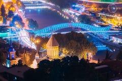 Tbilisi, Georgia Abend-Nachtszenische Vogelperspektive der Brücke von Lizenzfreie Stockfotos