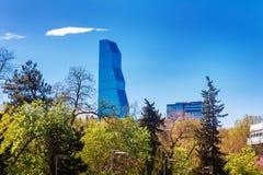Tbilisi Georgia - 19 April, 2017: Panoramasikt av Tbilisi Modern gränsmärke - Biltmore hotell Tbilisi Arkivfoto