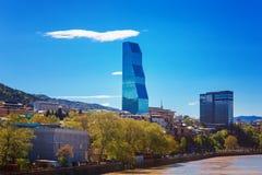 Tbilisi Georgia - 19 April, 2017: Panoramasikt av Tbilisi och Kura River Modern gränsmärke - Biltmore hotell Tbilisi Arkivfoto