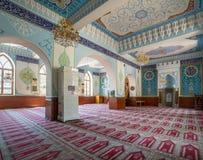 TBILISI GEORGIA - Augusti 06, 2015: Inre av den Jumah fredag moskén som dekoreras med arabiska inskrifter från Quran och flora Arkivbilder