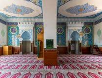TBILISI GEORGIA - Augusti 06, 2015: Inre av den Jumah fredag moskén som dekoreras med arabiska inskrifter från Quran och flora Arkivbild
