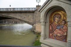 Tbilisi, Georgia - centro comercial 21 2019: Icono santo del mosaico cerca de la iglesia de Metekhi del río Kurain Tbilisi, Georg foto de archivo