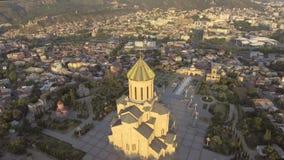 Tbilisi, Georgia - 26 de julio de 2017: Vista aérea de la catedral Tsminda Sameba de la trinidad santa almacen de metraje de vídeo