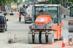 TBILISI, GEORGIA - 19 DE JULIO DE 2017: Equipo para la reparación de caminos pista Fotografía de archivo