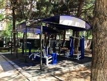 TBILISI, GEORGIA 17 DE MAYO DE 2018: Aptitud al aire libre Equipo al aire libre de la aptitud Aparato del entrenamiento en Tbilis Foto de archivo libre de regalías
