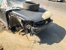 TBILISI, GEORGIA - - 17 DE MAYO DE 2018: Un coche roto viejo cubierto con la lona con un neumático en el capo parqueó en el camin foto de archivo libre de regalías