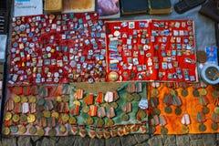 Tbilisi, Georgia - 8 de octubre de 2016: La parada de insignias y de iconos soviéticos vendió en mercado de pulgas seco del puent Imagen de archivo libre de regalías