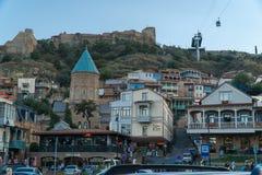 Tbilisi, Georgia 25 de septiembre de 2016: Edificio en el cuadrado de Gorgasali en la ciudad vieja que pasa por alto la fortaleza Fotografía de archivo libre de regalías