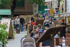 TBILISI, GEORGIA 25 DE SEPTIEMBRE DE 2016: Gente en una calle peatonal Sioni en el corazón de la ciudad vieja Imagen de archivo libre de regalías