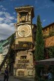 TBILISI, GEORGIA - 25 DE SEPTIEMBRE DE 2016: La torre de reloj que se inclina de Rezo Gabriadze Marionette Theatre Foto de archivo libre de regalías