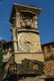 TBILISI, GEORGIA - 25 DE SEPTIEMBRE DE 2016: La torre de reloj que se inclina de Rezo Gabriadze Marionette Theatre Tbilisi, Georg Imagen de archivo libre de regalías