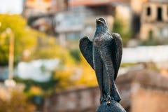 Tbilisi, Georgia Estatua del halcón en el distrito antiguo Abanotubani de Tbilisi también conocido como baños o baño sulfúricos Fotos de archivo