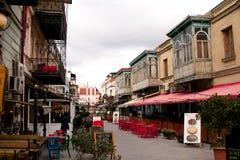 TBILISI GEORGIA - FEBRUARI 19, 2016: Den härliga turist- gatan som är fulla av kaféer och restauranger med utomhus- uteplatser Fotografering för Bildbyråer