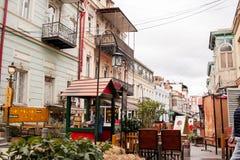 TBILISI GEORGIA - FEBRUARI 19, 2016: Den härliga turist- gatan som är fulla av kaféer och restauranger med utomhus- uteplatser Royaltyfri Bild