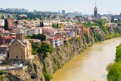 Tbilisi Georgia flyg- horisontsikt med gamla traditionella hus Arkivfoton