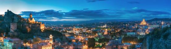 Tbilisi, Georgia Fortaleza de Narikala, puente de la paz, teatro de variedades Fotos de archivo libres de regalías